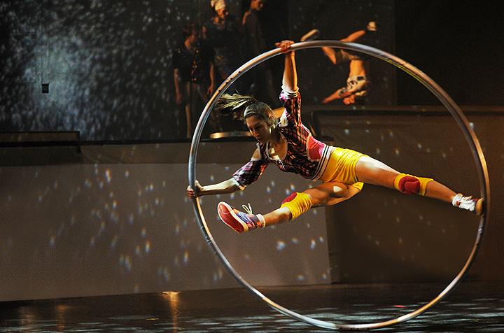 Cirque ELoize Roue Cyr Cyr Wheel