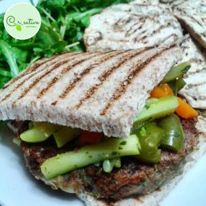 2. Sandwich integrale con burger di lenticchie e melanzane e verdure miste - vertige