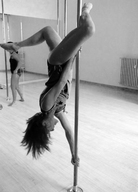 sara pole dance