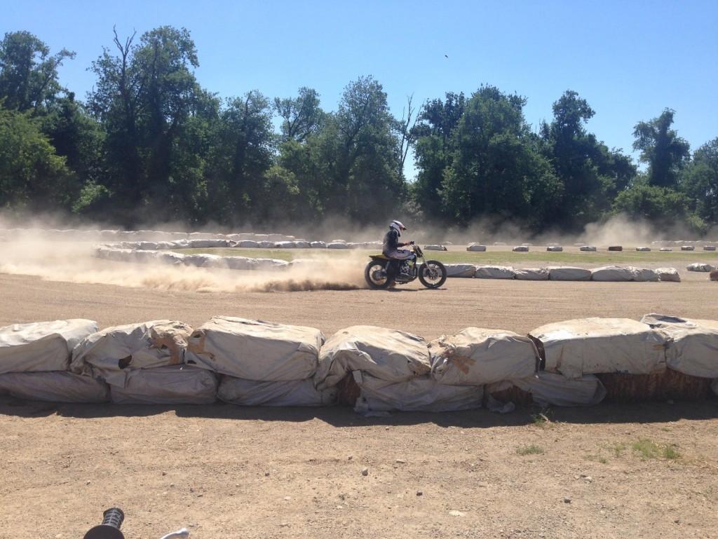Un biker che si diletta sull'ovale con una moto messa a disposizione da Deus Ex Machina Milano